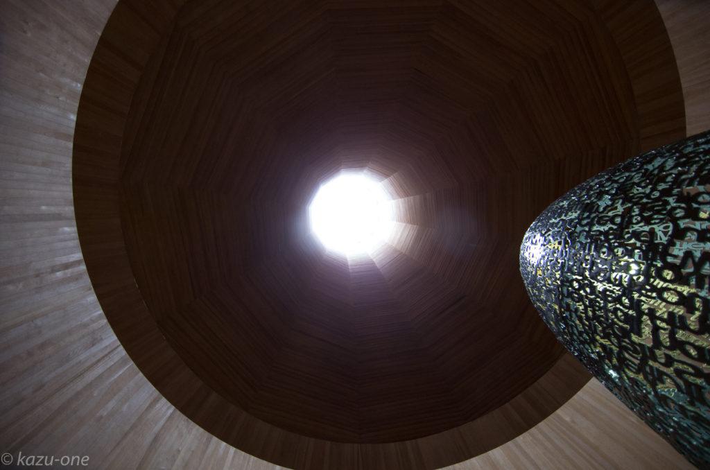 《Cosmic Seed》  作品素材: 6mm 鉄板、金箔、CD-R、LED、LEDスポットライト、LEDコントローラ H2300mm W900mm D900mm