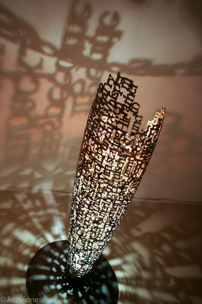 FRAGILE 06 #01 素材:鉄、洋箔、CD-R、ライト、ライトコントローラー