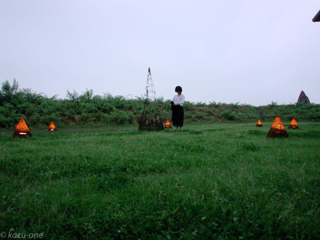 野外展示:03 Untitled#2 ●Material / Iron : Light / H2200mm,900mm / H500,450mm ●ビデオ撮影の為にダンスをやっている友人に参加して貰った時の一コマ。
