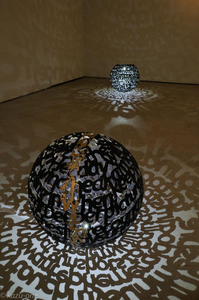 Iron Moon / 直径600mm,300mm / 素材:鉄,LED,洋箔,LED明滅コントローラー   photo by Ikuko HIrose
