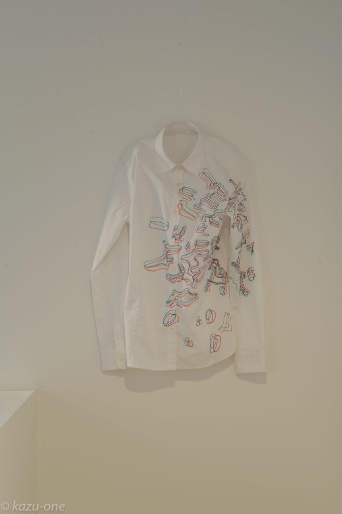 Trace#00 / 素材:シャツにドローイング       photo by Ikuko HIrose シャツの横に鉄の球の作品を置きその影をトレースしたもの。