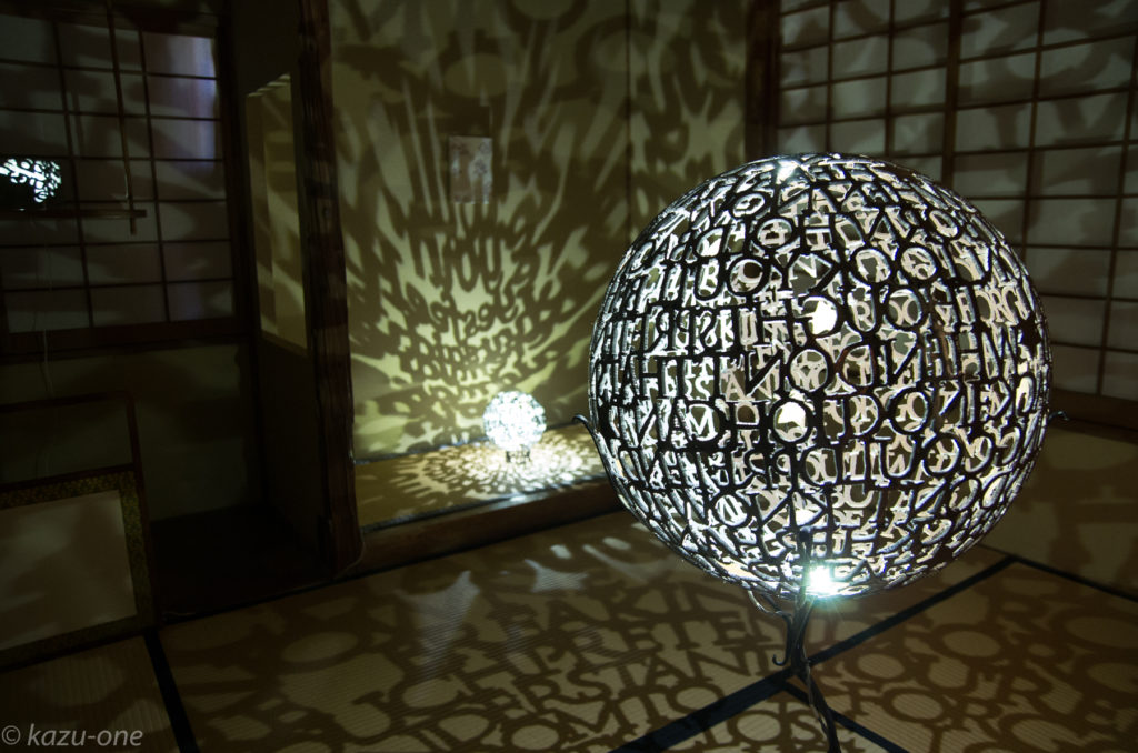 When you are the only one #01 / 直径450mm / 素材:鉄,LED,金箔 2013橘画廊FRAGILE4の作品