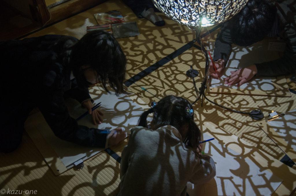 ワークショップ 光の線をたどろう!トレースに挑戦 [講師] 谷口和正 ライトアップした作品の影を画用紙に写し取り、実際の制作行程を体験できます。