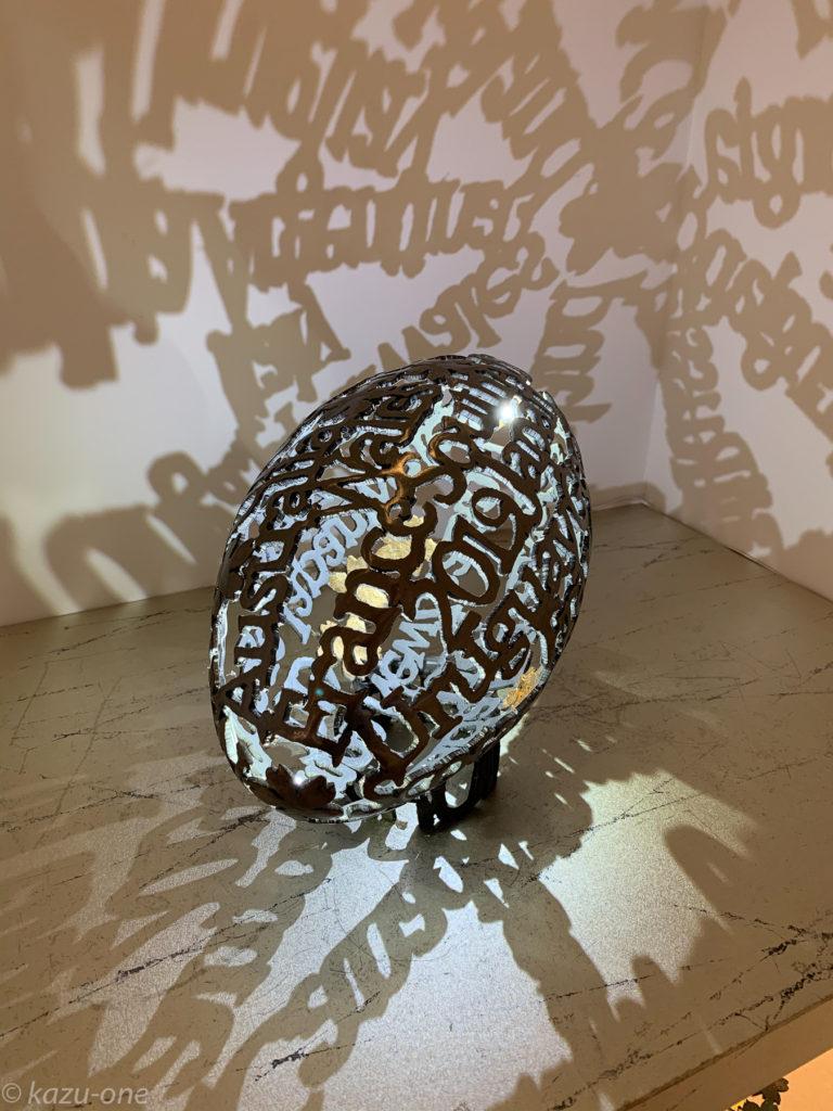 RWC #01 /320mm*185mm 素材:鉄/金箔/LED 仕上げ:磨き/ウレタンクリアー塗装 2019制作/ ラグビーW杯2019大会に出場した全部の国の名前で作られた鉄のラグビーボール。