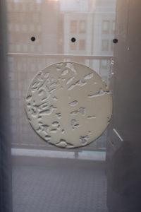 「月をまとう」窓の月